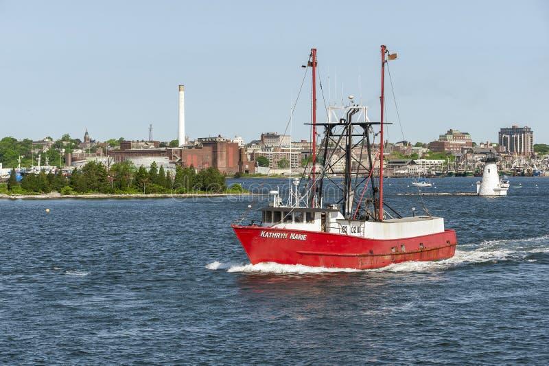 Barco de pesca comercial Kathryn Marie que dirige para fora ao mar foto de stock royalty free