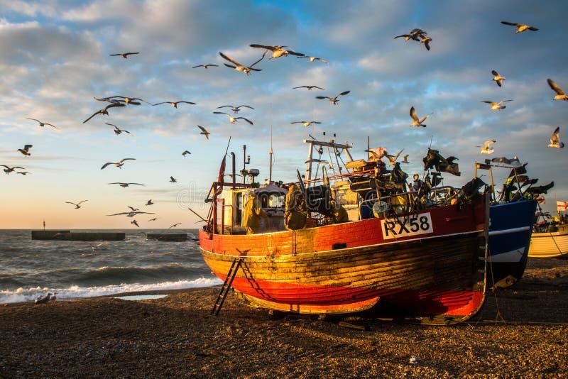 Barco de pesca commerical de madera tradicional en la playa foto de archivo