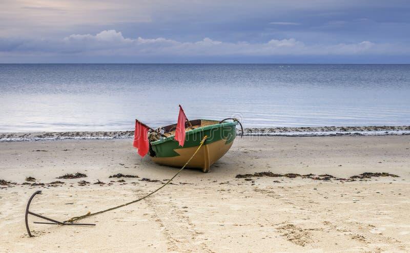 Barco de pesca con el ancla y las banderas fotos de archivo libres de regalías