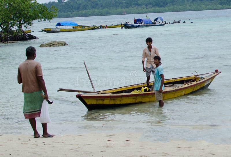 Barco de pesca con el pescador foto de archivo