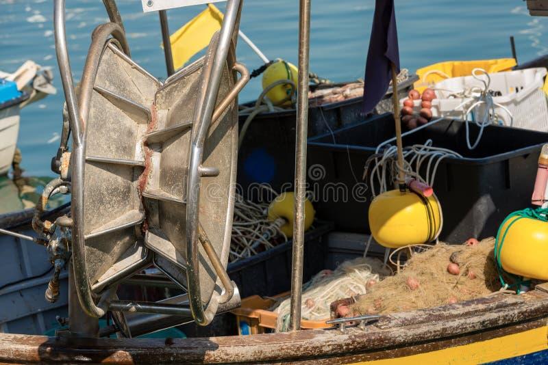 Barco de pesca con el torno para las redes imagenes de archivo