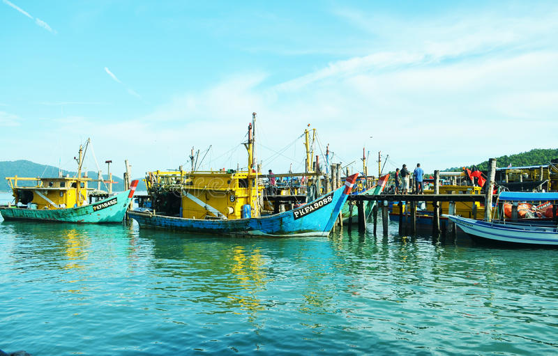 Barco de pesca da doca imagens de stock royalty free