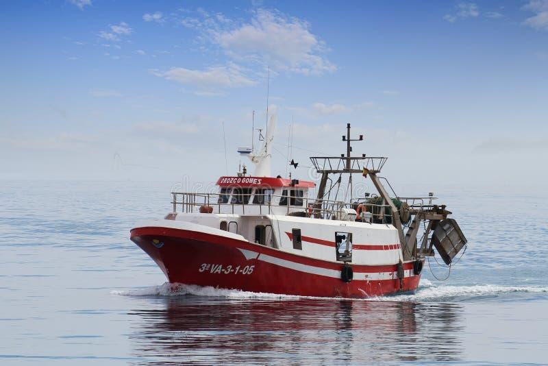 Barco de pesca da traineira em águas abertas no curso ao porto de Vila do La imagem de stock