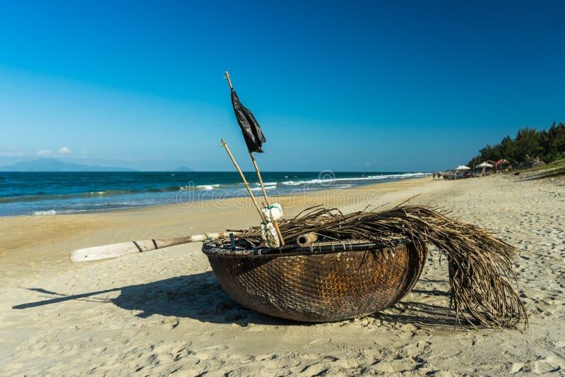 Barco de pesca de la cesta fotografía de archivo