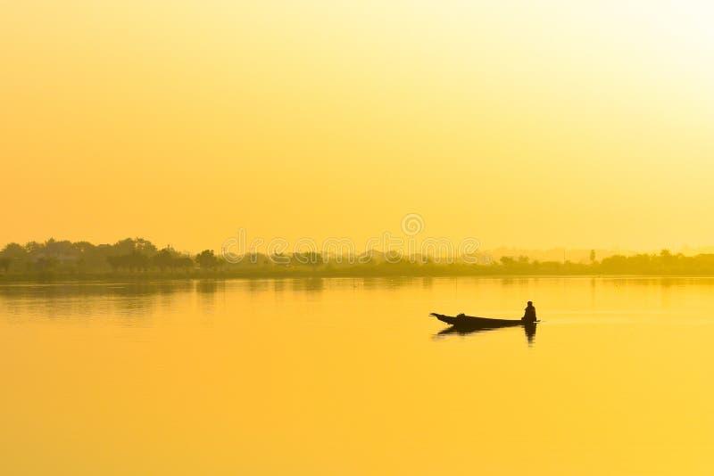 Barco de pesca de los pescadores por la mañana fotografía de archivo libre de regalías