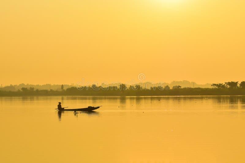 Barco de pesca de los pescadores por la mañana fotos de archivo