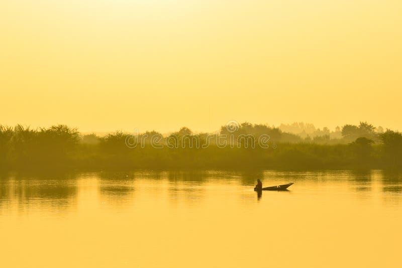 Barco de pesca de los pescadores por la mañana imagen de archivo