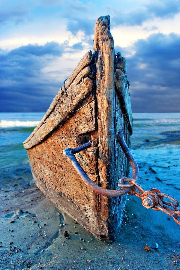 Barco de pesca de madeira abandonado fotografia de stock