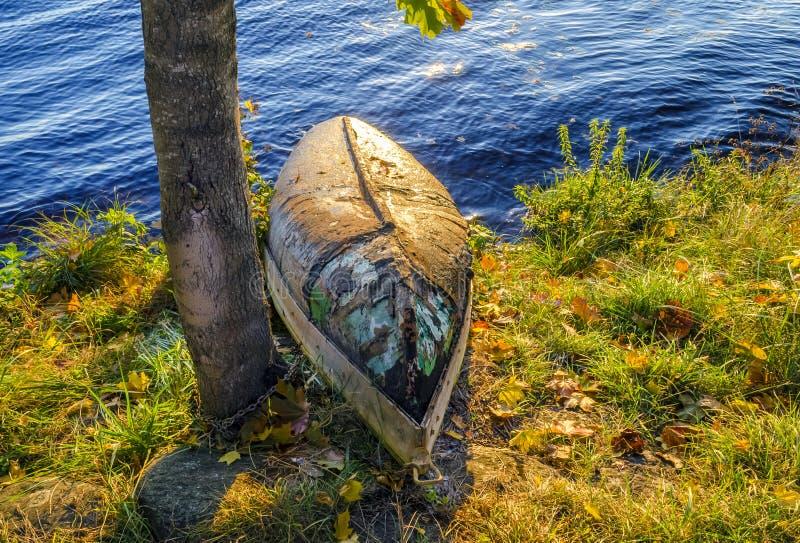 Barco de pesca de madera viejo imagenes de archivo