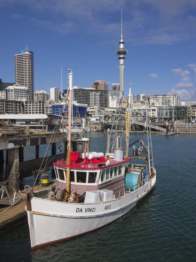 Barco de pesca del puerto de Auckland foto de archivo libre de regalías