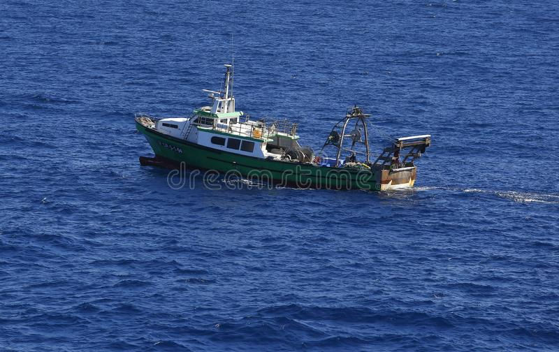 Barco de pesca del barco rastreador en el puerto de Barcelona foto de archivo