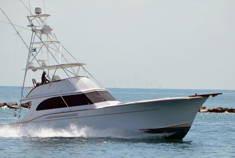 Barco de pesca desportiva da parte alta que retorna ao porto imagens de stock royalty free