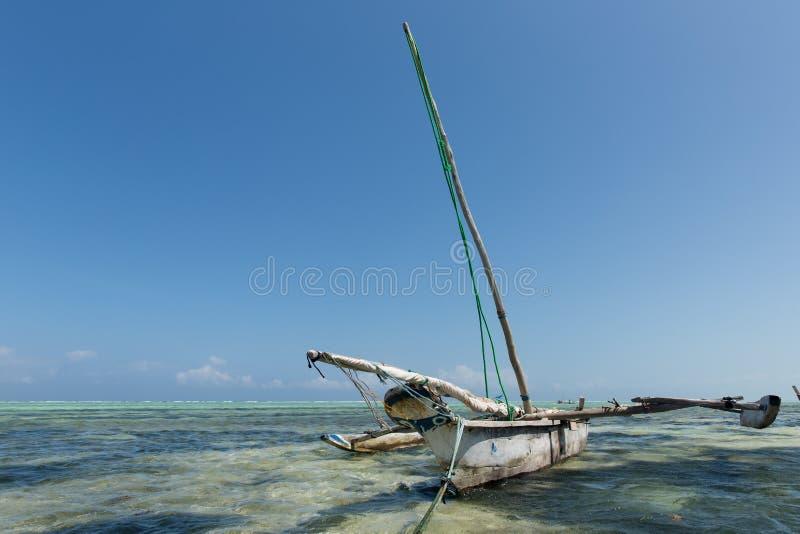 Barco de pesca do Dhow no Oceano Índico, Zanzibar, Tanzânia imagens de stock royalty free