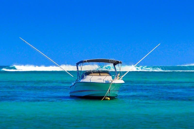 Barco de pesca do mar profundo na âncora imagem de stock royalty free