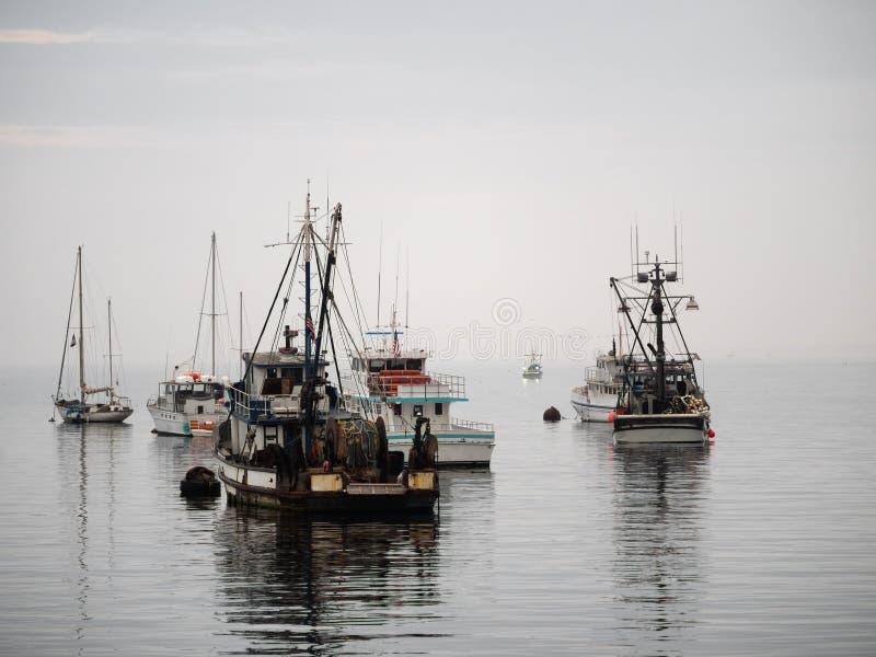 Barco de pesca do vintage no porto de Monterey, Califórnia fotos de stock