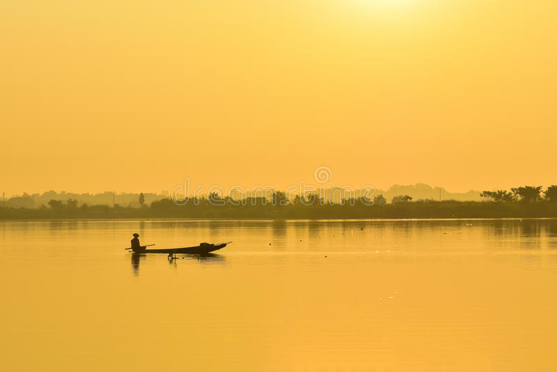 Barco de pesca dos pescadores na manhã fotos de stock