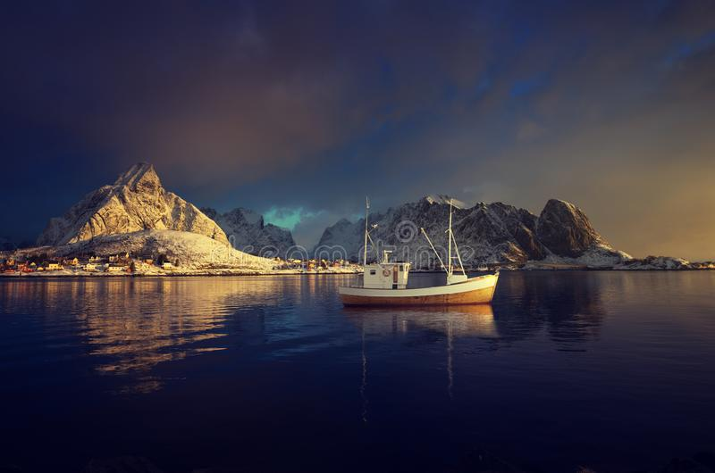 Barco de pesca e Reine Village, ilhas de Lofoten fotos de stock
