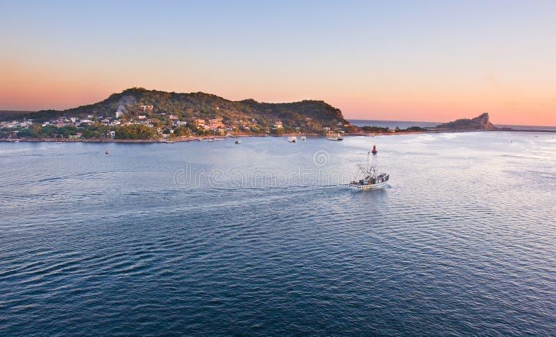Barco de pesca em Mazatlan que dirige para fora ao mar foto de stock royalty free