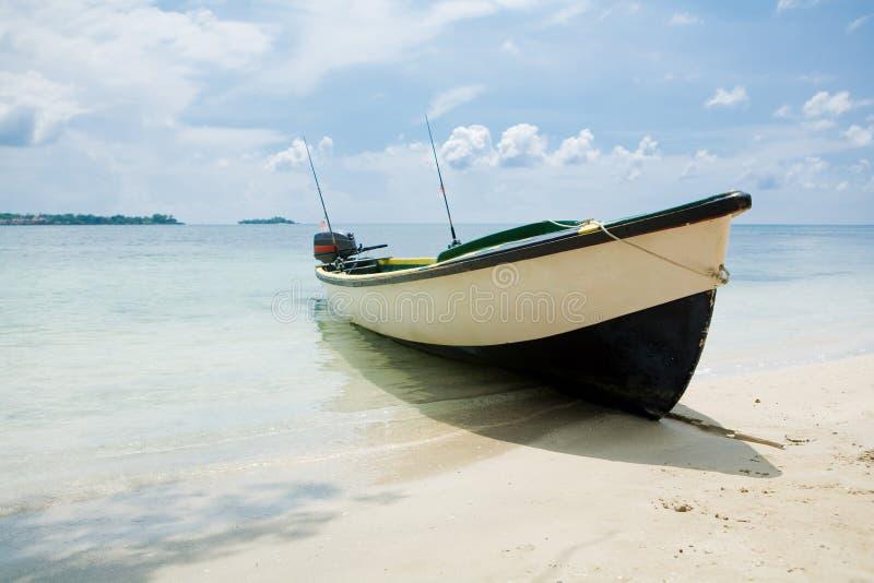 Barco de pesca em uma praia fotografia de stock