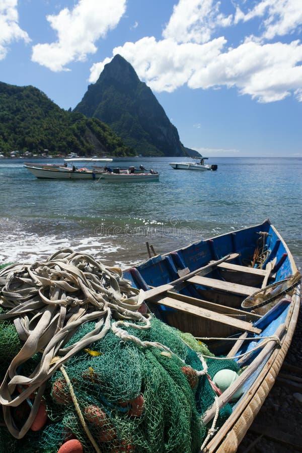 Barco de pesca em uma praia do Cararibe foto de stock