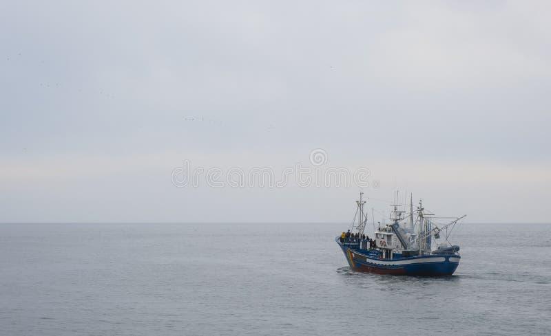 Barco de pesca en aguas del océano foto de archivo libre de regalías