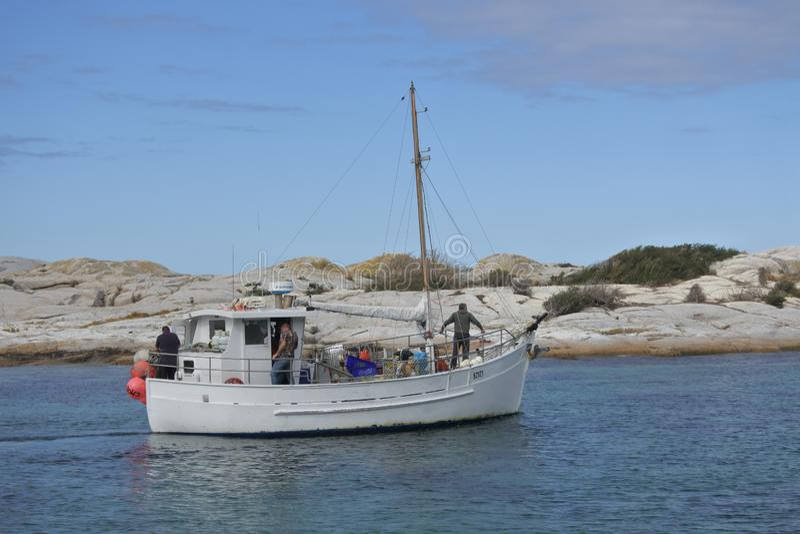 Barco de pesca en Bicheno Tasmania Australia fotos de archivo