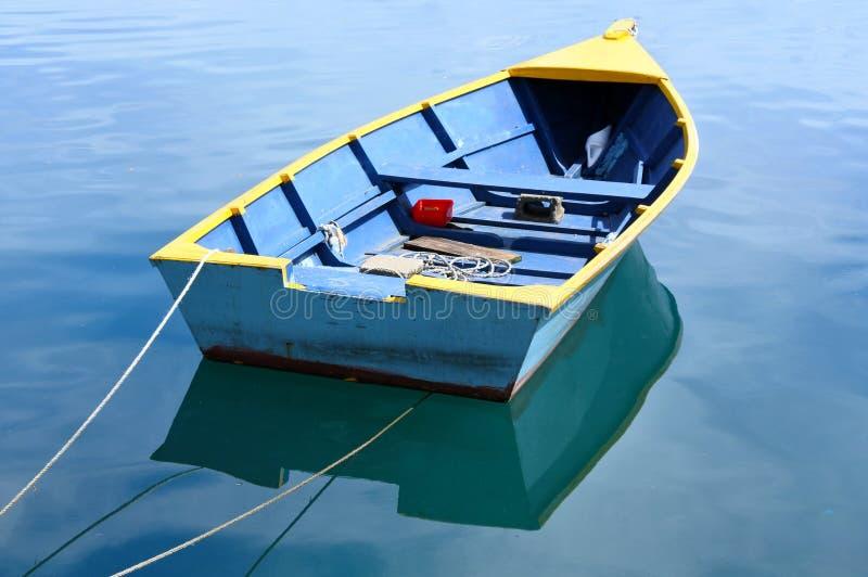 Barco de pesca en el agua tranquila fotografía de archivo libre de regalías