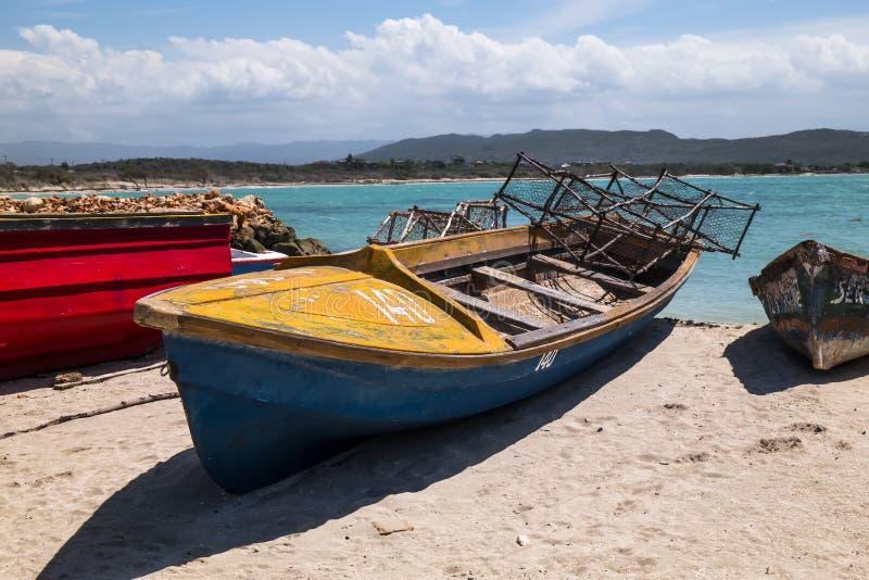 Barco de pesca en el Caribe con las trampas del cangrejo fotos de archivo libres de regalías