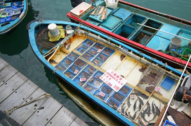 Barco de pesca en el embarcadero de Sai Kung que vende los mariscos vivos Hong-Kong, China foto de archivo