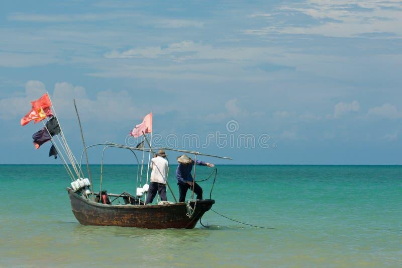 Barco de pesca en el mar imágenes de archivo libres de regalías