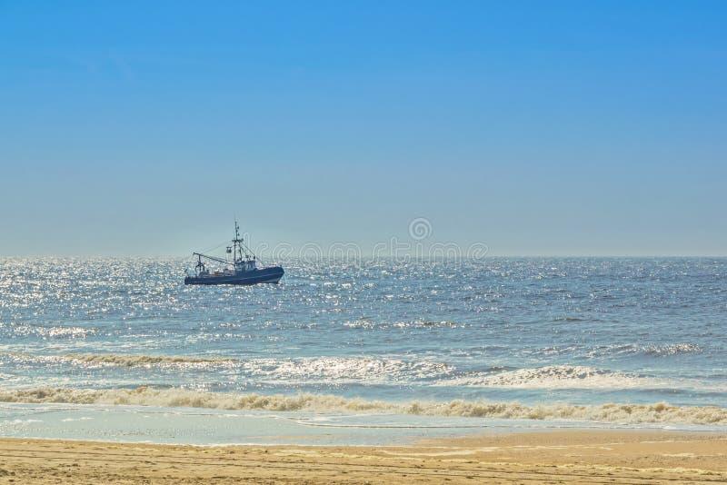 Barco de pesca en el Mar del Norte cerca a la costa holandesa foto de archivo
