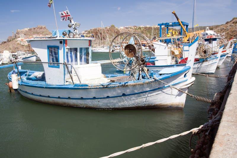 Barco de pesca en el puerto de Cerdeña fotografía de archivo