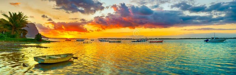 Barco de pesca en el tiempo de la puesta del sol Le Morn Brabante en fondo Pano fotos de archivo