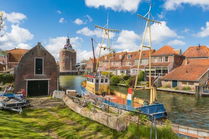 Barco de pesca en Enkhuizen en los Países Bajos con la puerta histórica de la ciudad en el fondo imágenes de archivo libres de regalías