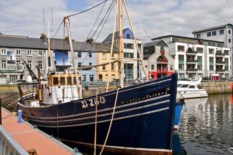 Barco de pesca en Galway foto de archivo