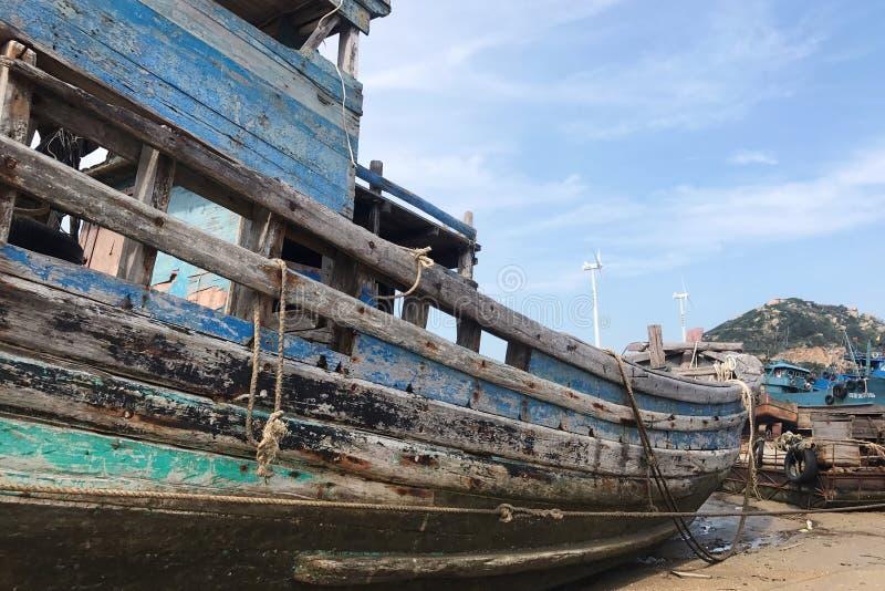 Barco de pesca A en la playa imagenes de archivo