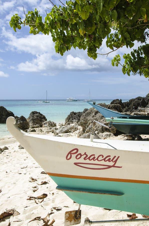 Barco de pesca en la playa foto de archivo