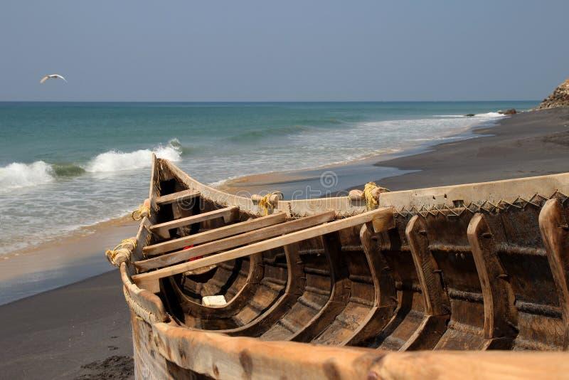 Barco de pesca en la playa de Adayam, Kerala, la India fotos de archivo