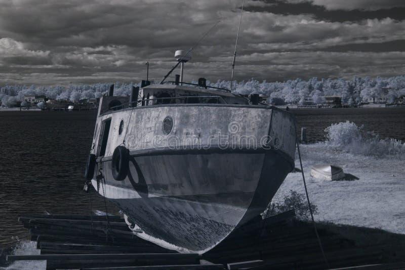 Barco de pesca en muelle seco foto de archivo libre de regalías