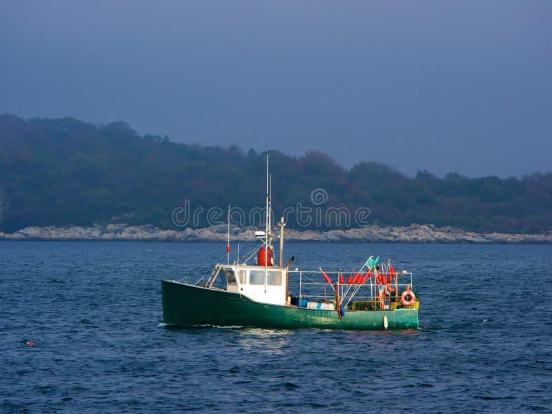 Barco de pesca en niebla fotografía de archivo