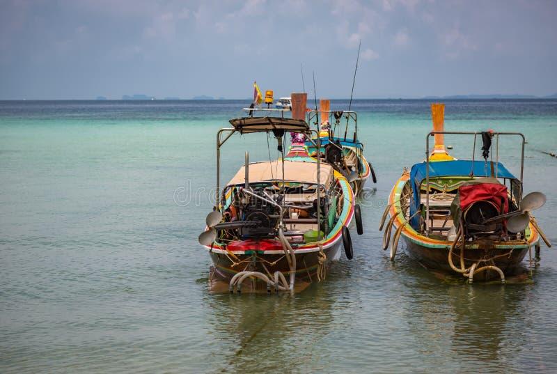 Barco de pesca en orilla imagenes de archivo