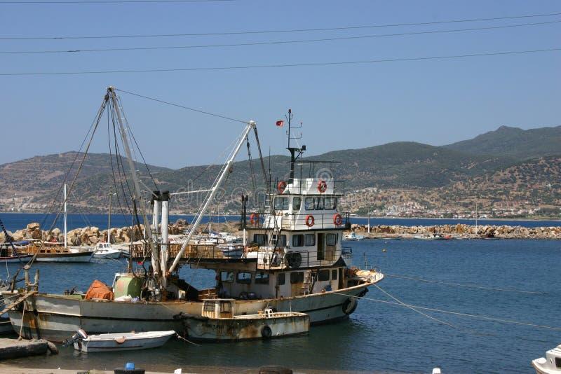 Barco de pesca en puerto deportivo fotografía de archivo