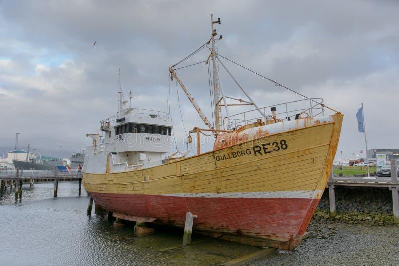 Barco de pesca en Reykjavik fotografía de archivo