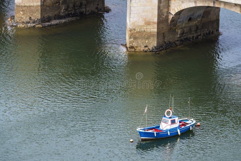 Barco de pesca en San Vicente de la Barquera, España imagenes de archivo