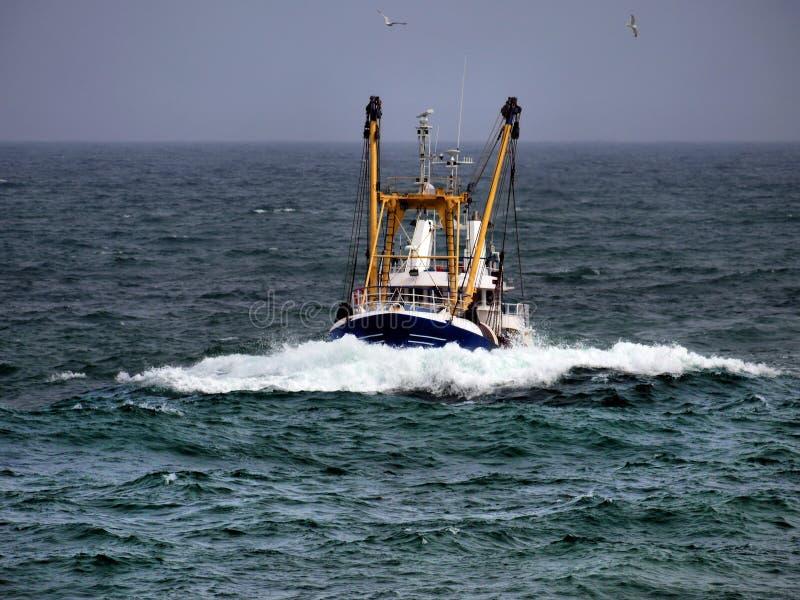 Barco de pesca en tiempo áspero imagenes de archivo