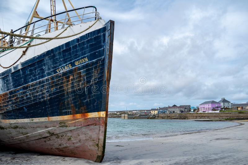 Barco de pesca en una pequeña ciudad fotografía de archivo