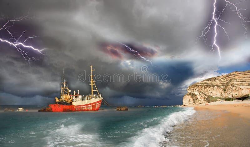 Barco de pesca en una tormenta grande foto de archivo