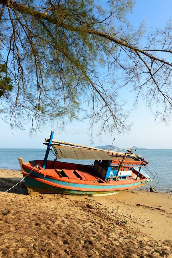 Barco de pesca encalhado fotos de stock