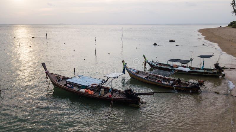 Barco de pesca estacionado na costa de mar fotografia de stock