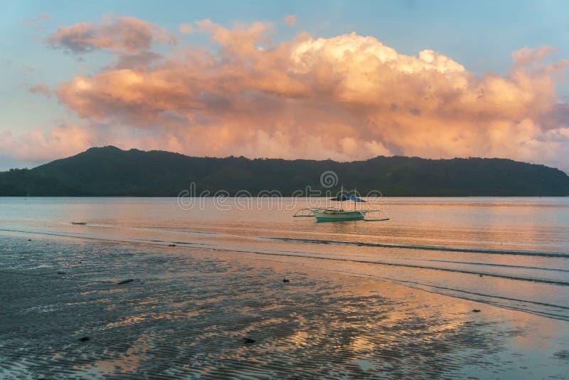 Barco de pesca filipino cl?ssico no fundo da paisagem do mar fotografia de stock royalty free